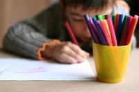 Un enfant qui dessine