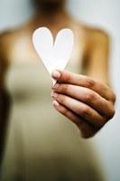 Hand met papieren hart